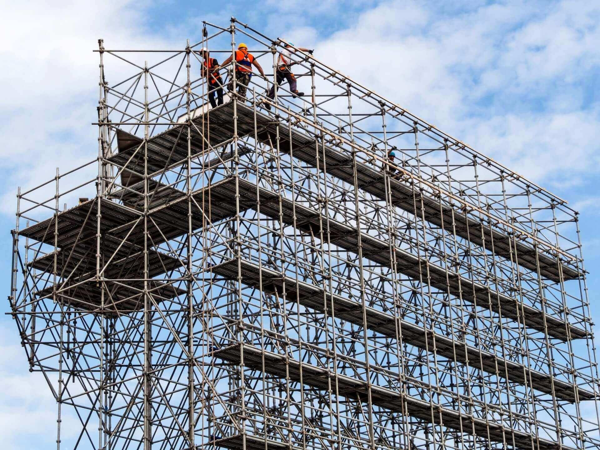 Robotnicy budowlani na rusztowaniu