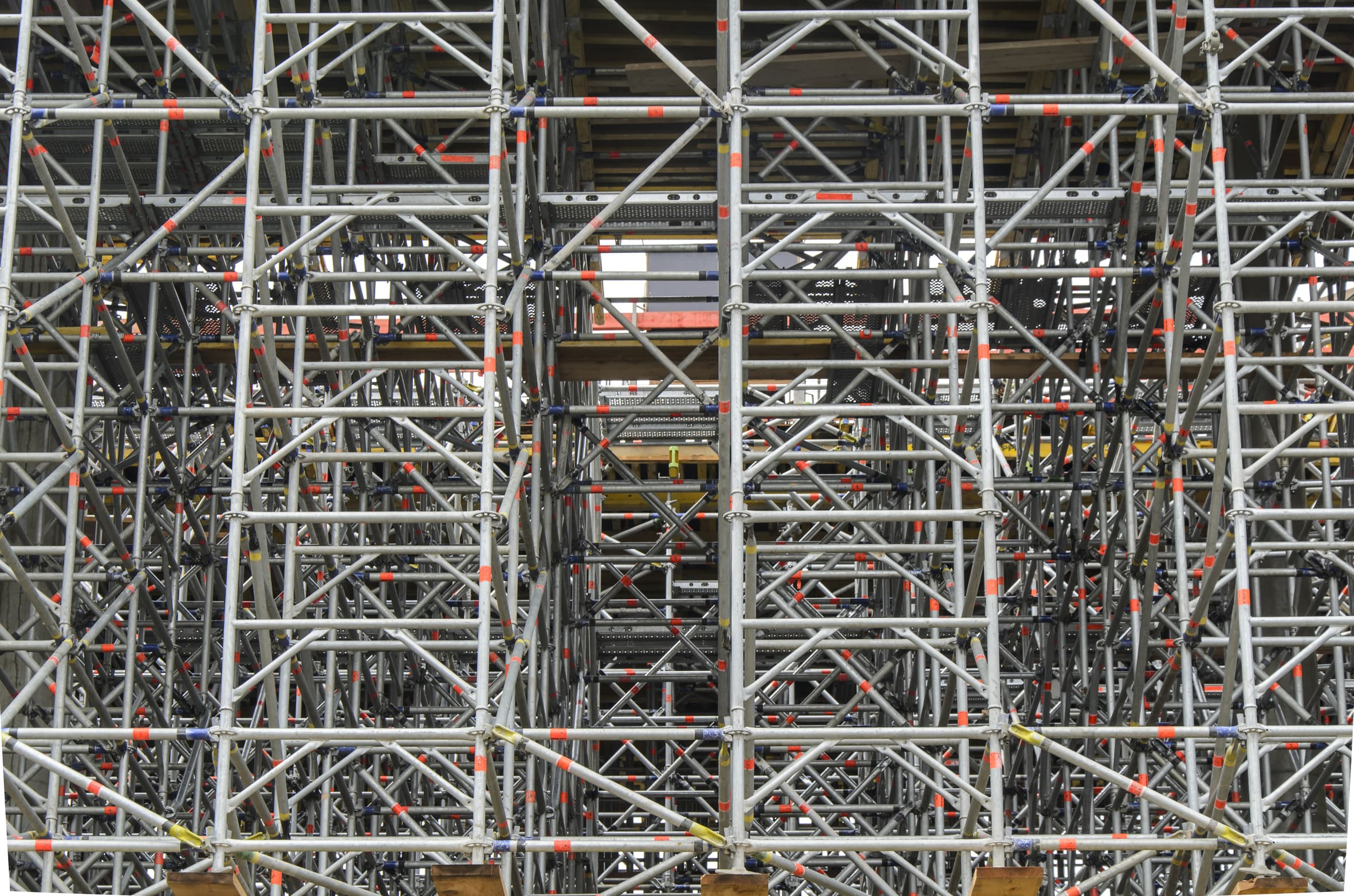 Plac budowy z rusztowaniami i podporami